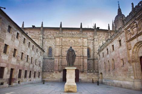 Fachada de la Universidad de Salamanca y estatua de Fray Luis de León en el patio de las Escuelas Mayores. | E. Carrascal