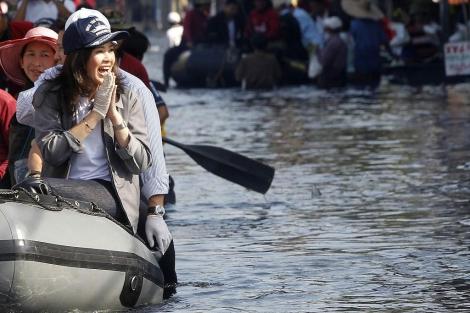 La primera ministra de Tailandia, Yingluck Shinawatra, visita un barrio de Bangkok. | Reuters