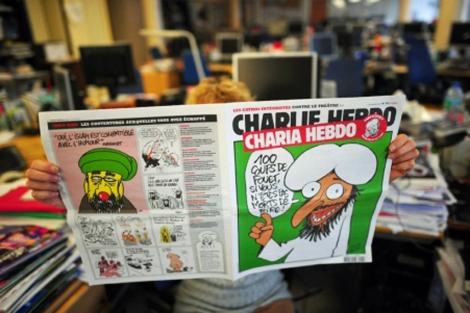 Una lectora de la publicación satírica 'Charlie Hebdo'. | Afp