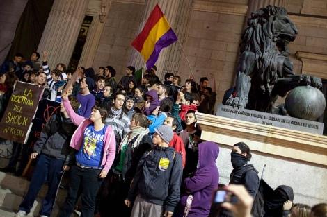 Los manifestantes 'toman' el Congreso. (Jose Luis Cuesta)
