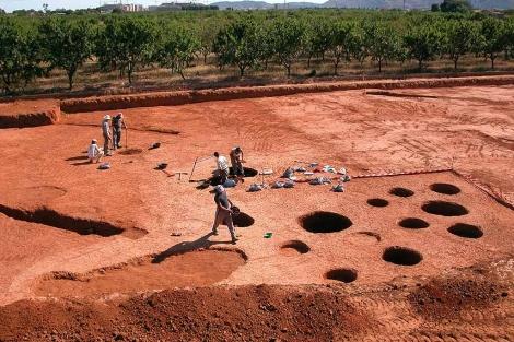 Trabajos de excavación de los silos neolíticos del yacimiento Costamar.   ELMUNDO.es