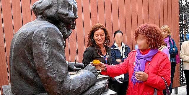 Una de las mujeres 'acogidas' realiza una ofrenda a Tagore durante una visita a la Casa de la India. | Web del centro Albor
