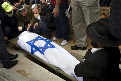 Parientes lloran la muerte de una víctima de Hamas. | Ap