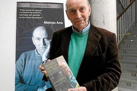 Marcos Ana con su libro autobiográfico. | Efe
