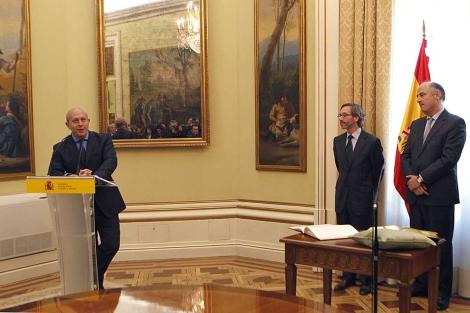 Wert (izqda.) en la toma de posesión de su subsecretario Fernando Benzo (dcha.). | Efe
