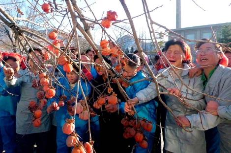 Un grupo de trabajadoras llora a Kim el pasado diciembre. | Reuters