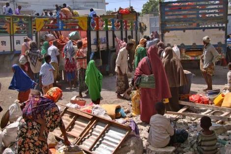Decenas de somalíes a punto de salir hacia un campo de refugiados. | Afp