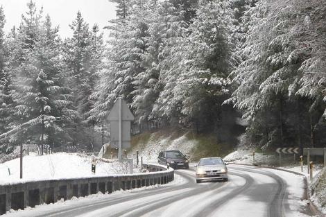 Una carretera nevada en las inmediaciones de Tolosa, Guipúzcoa. | Justy García Koch
