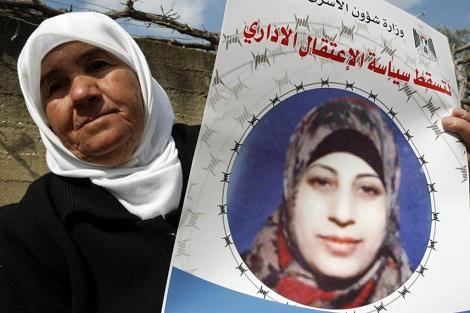 La madre de Shalabi con un cartel de su hija.| Reuters