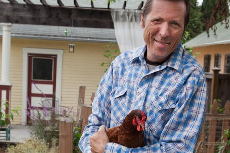 Erik Knutzen, con sus gallinas en su casa de Silver Lake.   Isaac Hernández