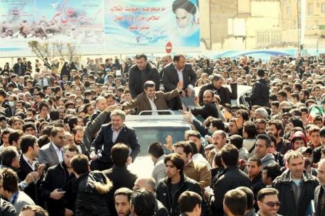 El presidente Mahmud Ahmadineyad, rodeado de seguidores durante su visita a Karaj. | Afp