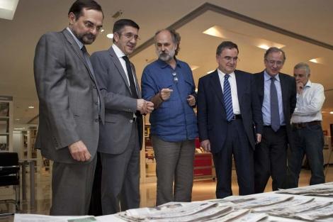López entrega material al Centro Cervantes de Nueva Delhi. | Irekia