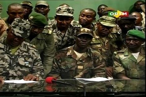 Un grupo de militares golpistas anuncia el toque de queda en una televisión maliense. | Afp