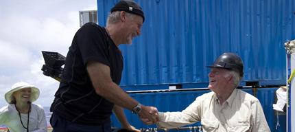 James Cameron (izda.) saluda a Don Walsh, que bajó en 1960 al mismo abismo.   NATIONAL GEOGRAPHIC