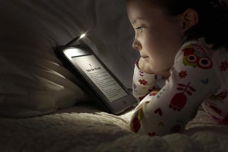 Una niña lee en un Kindle Touch de Amazon. | Efe