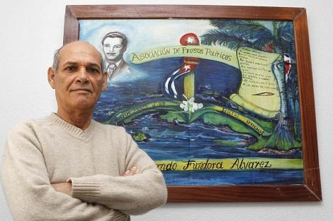 Orlando Fundora posa junto a un cuadro que pintó en prisión.   Sergio González