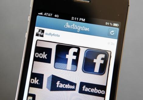 Varios logos de Facebook, vistos desde Instagram. | Afp