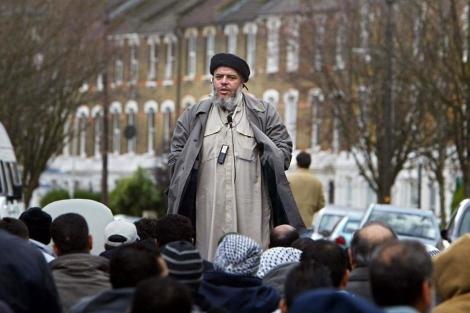 El clérigo islámico Abu Hamza, durante un discurso cerca de una mezquita en Londres. | Afp