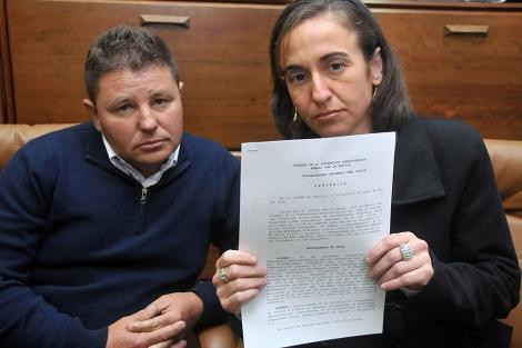 Los padres muestran la sentencia que condena al SAS por mala praxis en el parto.   Cata Zambrano