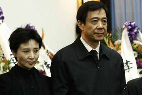 El político chino Bo Xilai y su mujer, Gu Kailai. | Reuters