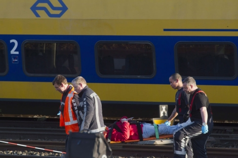Un pasajero es evacuada de uno de los trenes.  Efe/Evert Elzinga