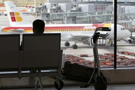 Un pasajero espera su vuelo en la T4 de Barajas. | Efe
