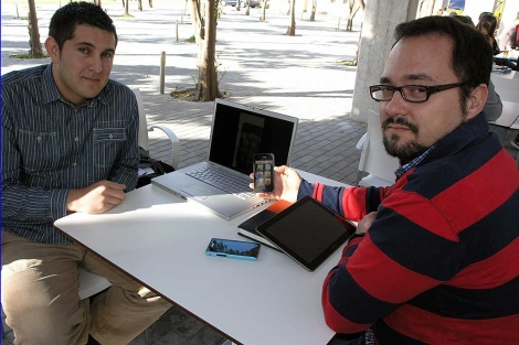 Arnold Valenzuela y su director de proyecto, José Antonio Álvarez, con un iPhone. | M.C.