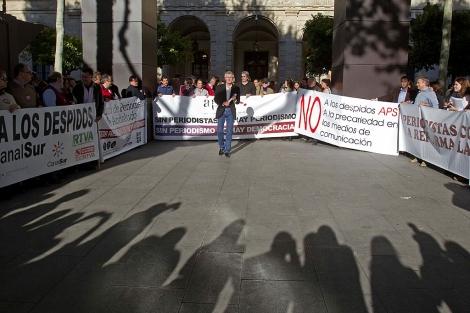 Protesta de periodistas a las puertas del Ayuntamiento de Sevilla. | Efe