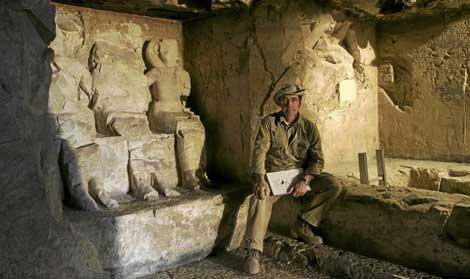 El arqueólogo José Manuel Galán en la tumba de Djehuty. | José Latova Fernández-Luna