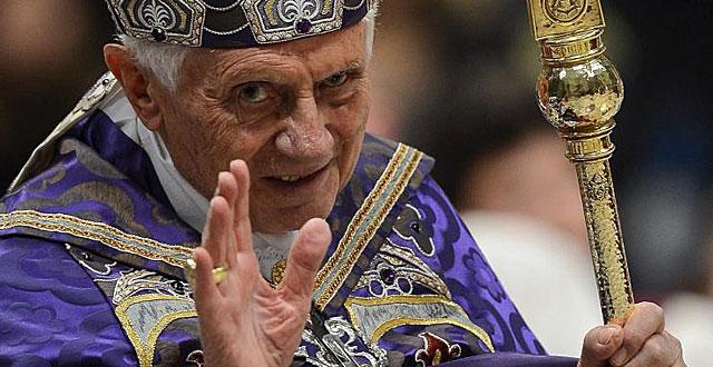 Benedicto XVI saluda tras oficiar una misa en la Basílica de San Pedro. | Afp