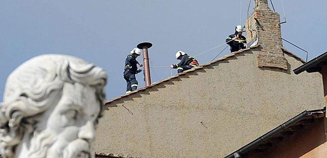 Operarios instalan en la Capilla Sixtina la chimenea para la fumata que designará al nuevo Papa. | Efe