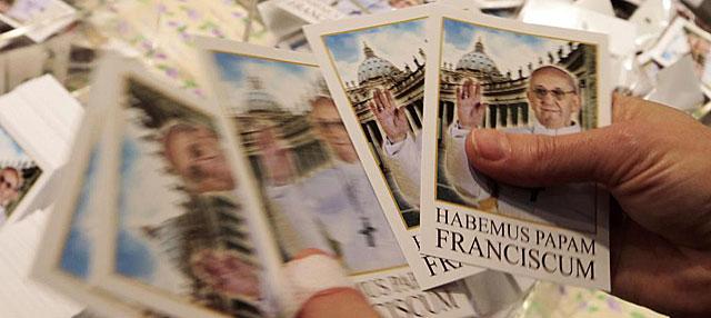 Las primeras tarjetas postales con la imagen de Bergoglio como el Papa Francisco. | Reuters