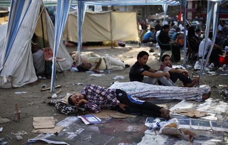 Detractores de Mursi descansan de las protestas en Tahrir. | Reuters