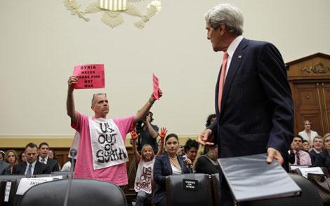 Un manifestante protesta frente a Kerry contra el ataque a Siria.   Afp