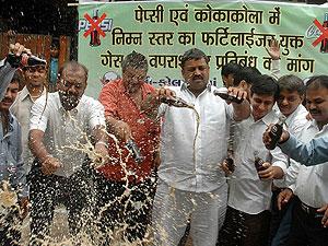 Un grupo de consumidores protesta contra Pepsi y Coca-Cola en Ahmadabad, India. (Foto: Ajit Solanki | AP)
