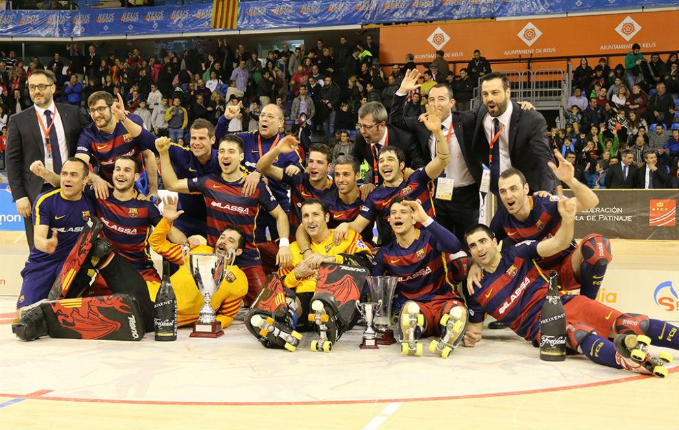 Los jugadores y el cuerpo técnico del Barcelona celebran el título