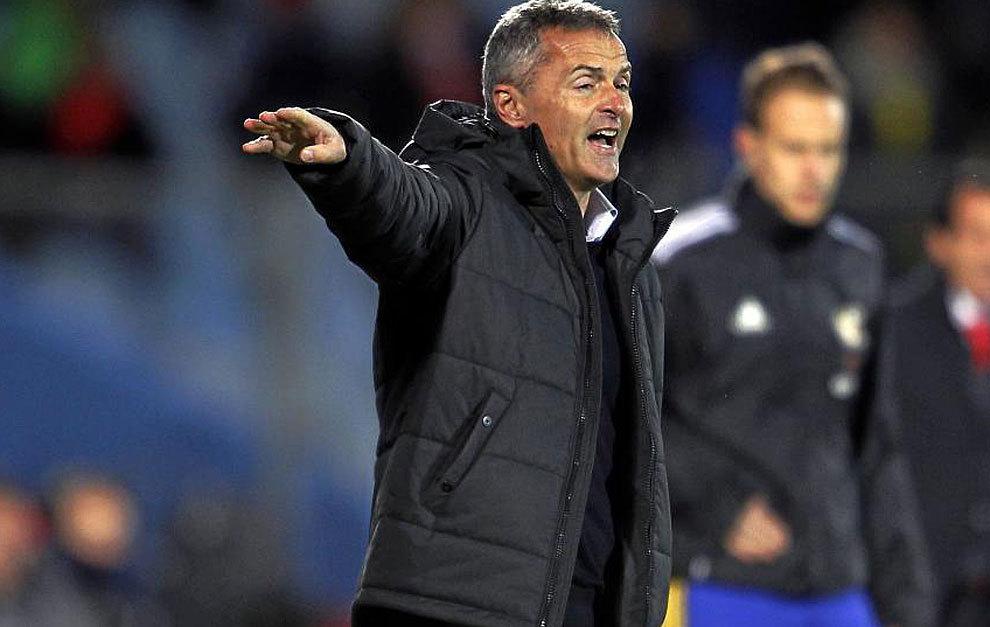 Fran Escribá da indicaciones durante el partido frente al Sevilla.