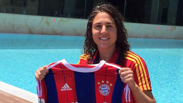 Vero Boquete posa en Murcia con la camiseta del Bayern Münich.