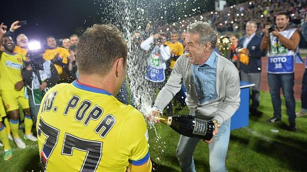 El propietario del Steaua, Gigi Becali, celebra el título con los jugadores. Foto: AFP
