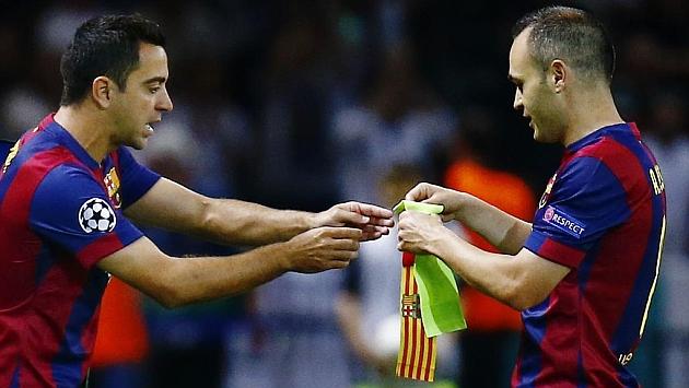 Momento en el que Xavi sustituye a Iniesta. Foto: Reuters