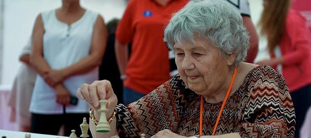 Una abuela con muchas tablas