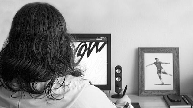 Mónica Villar realizando uno de sus diseños.