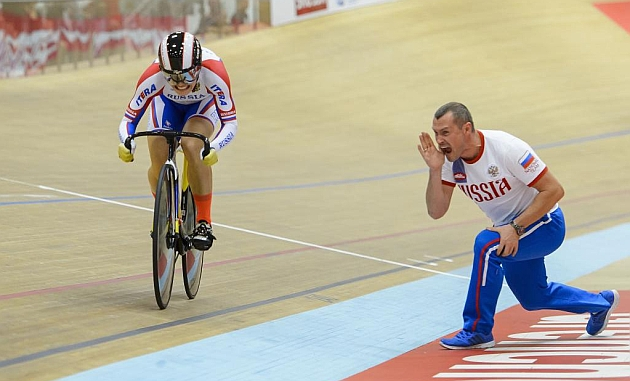 Anastasiia Voinova, animada por su entrenador en los 500 metros contrarreloj. / Afp