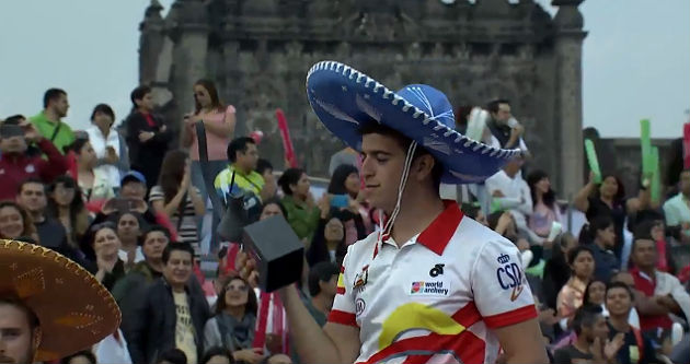 Miguel Alvariño, con su trofeo como vencedor de la Copa del Mundo. / YouTube