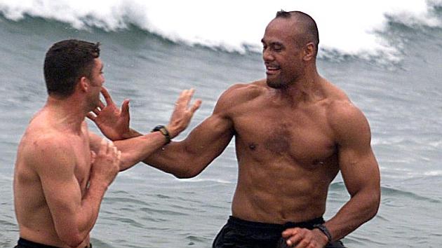 Jonah Lomu, en el mar junto a sus compañeros durante el Mundial de Gales'1999