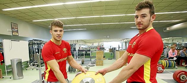 David Sánchez (21), a la izquierda, posa junto a su hermano Manuel (25) en el gimnasio del CAR de Madrid, donde viven ambos halterófilos.
