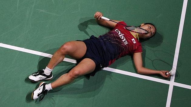Nozomi Okuhara, exhausta tras un rally ante Wang Yihan