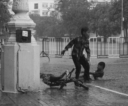 Phnom Penh, Cambodge, enfants jouant dans l'eau