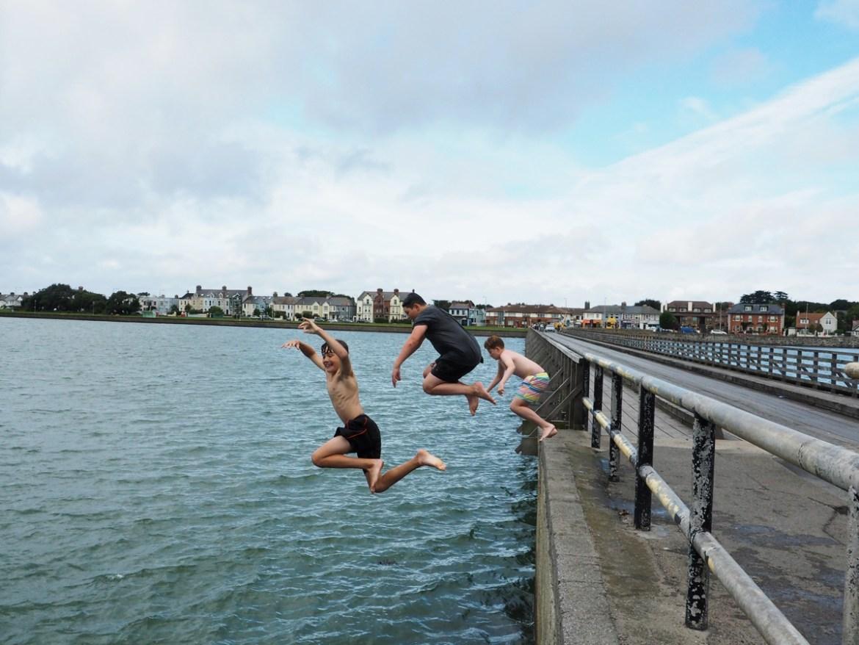 Jeunes irlandais sautant dans la mer