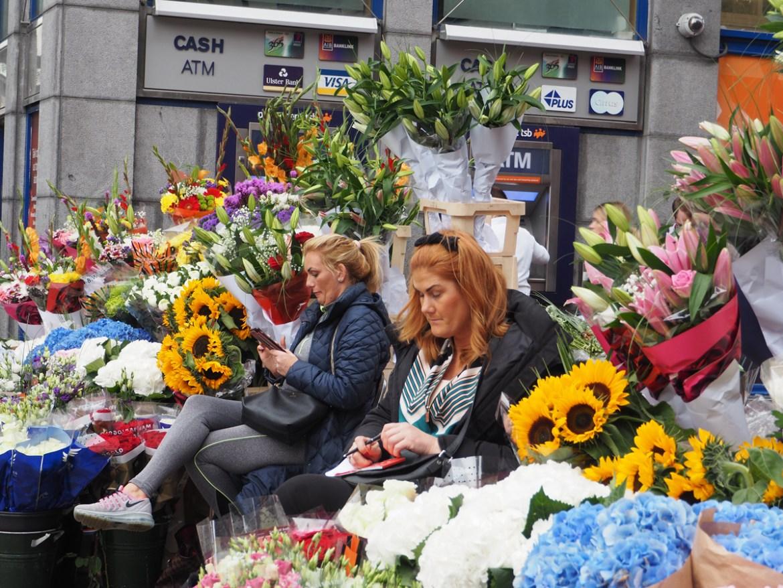 Vendeuses de fleurs dans les rues commerçantes